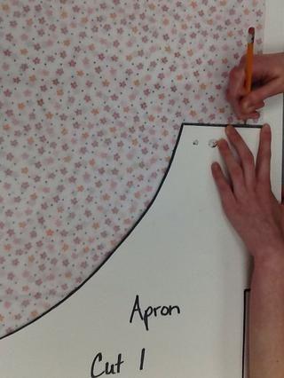 Trace el contorno de las piezas del patrón sobre la tela (el uso de lápiz o marcador).