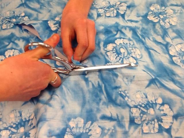 El uso de tijeras, corte a lo largo de las líneas del patrón.