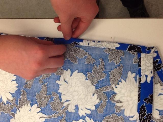 Doblar una vez más y de prensa y el pin de modo que su lista para coser. Usted debe ser capaz de ver a su línea de costura original en el borde exterior.