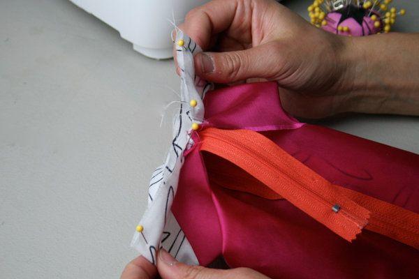 Cómo coser una bolsa de maquillaje | Tutoriales de costura en DiyReady.com