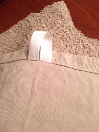 Ejemplo con la tela de costura en en el centro de la toalla en lugar de la esquina. Haga lo que usted prefiera.