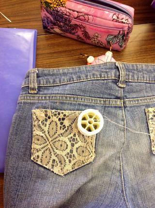 Ahora mano coser el encaje a los bolsillos. Cosa en los bordes de los bolsillos y asegúrese de tomar el encaje en cada puntada.