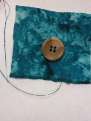 Después de botón es secure- asegurarse de que terminan en la parte posterior de la tela.