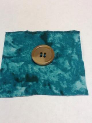 Tie hilos juntos en la parte trasera de la tela y el botón es completa.