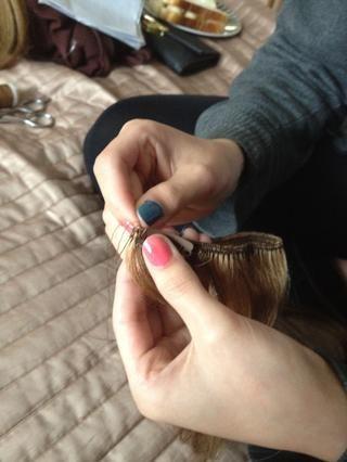 Ponga la aguja en el primer hoyo en el clip como éste
