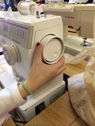 Para utilizar la rueda de coser, gire hacia usted con la mano en un círculo completo.