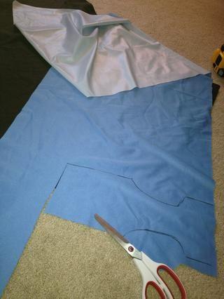 Este es el PUL. Vea cómo se tiene dos lados? El lado blanco sentimiento plasticky debe ser la parte posterior, o en contra de la zona de la humedad. Lado La fibra es la parte final, azul en este caso.