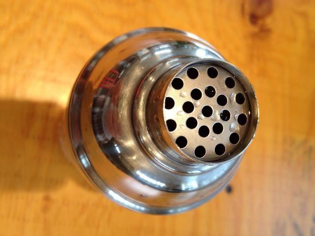 Colador. Esto permite que el líquido se transfiere, dejando trozos de hielo en la coctelera por lo que doesn't water down your drink.