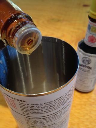 Caída en 2 a 3 tomas de amargos. Usted puede utilizar el omnipresente Angostura amarga pero prefiero un bocado más cítrico de esta bebida. yo'm using Hella Bitters from Brooklyn.