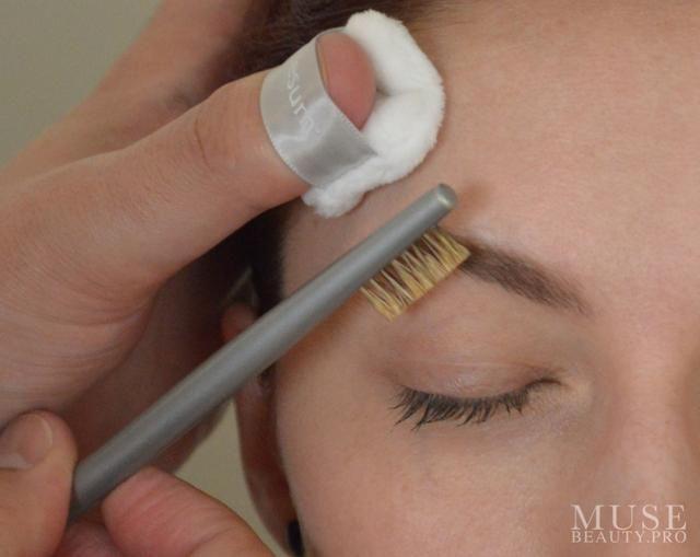 Cepille los pelos de la frente en su lugar. Aquí estamos usando el ESUM Pinky Puff y la ESUM P17 Cejas novio cepillo.