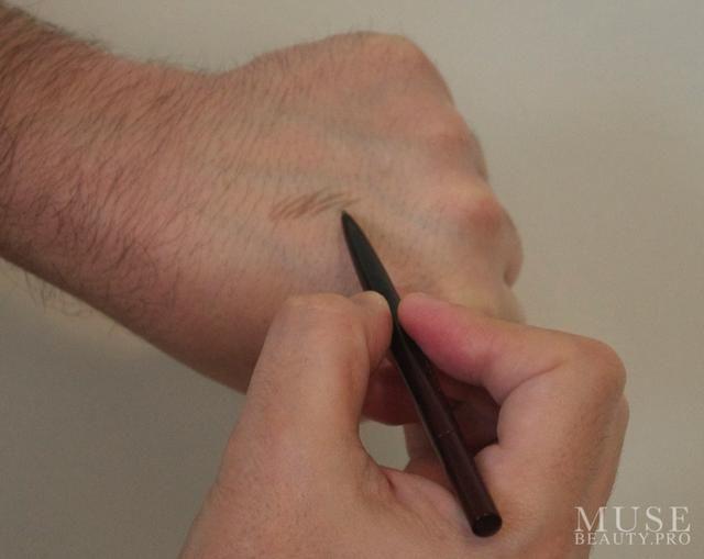Cuando se utiliza el lápiz de cejas dibujar pelos individuales. La punta fina del lápiz permite marcas muy precisas.