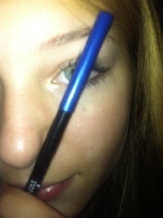 Convierte tu línea recta ligeramente hacia el centro de su pupila. Donde se cruzan debe ser donde sus arcos de cejas.