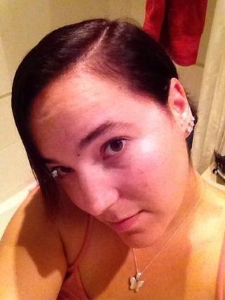 Mientras que el pelo está húmedo / húmedo, que forma parte de su cabello donde usualmente partes. Creo que se ve mejor con una separación lateral.