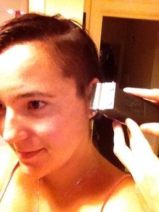 Obtenga su cómplice (lol) neaten el pelo alrededor de la oreja, asegurándose de que's all the same length.