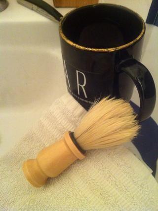 Hacer espuma espesa y se aplican a la cara. En afeitarse con una navaja de afeitar la preparación de la piel es muy importante así que tómate tu tiempo de trabajo la espuma a contrapelo de los pelos.