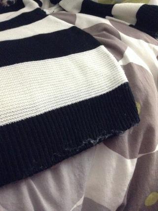 Y de nuevo. Repita el proceso en todo el suéter. Para tu información, no va a cortar el suéter.