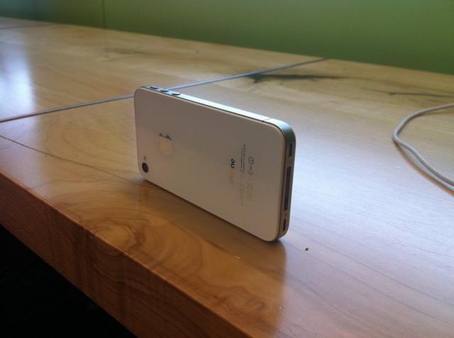 Coloque iPhone en un escritorio con la cámara apuntando a sí mismo ...