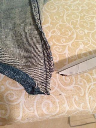 Se quita la pequeña esquina (s) de costura 1/2 camino veces antes planchada para reducir el espesor de la costura. Tenga cuidado de dejar la costura interna solo.