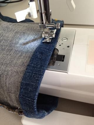 Asegúrese de que usted no't sew the leg closed. Using zipper foot helps keep even pressure while guiding the hem better. I use all purpose thread instead of buying thread for denim.