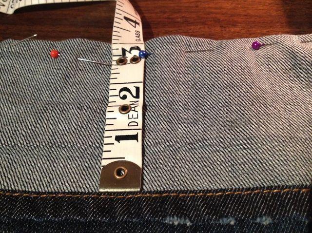 Cómo acortar sus pantalones vaqueros con dobladillo original