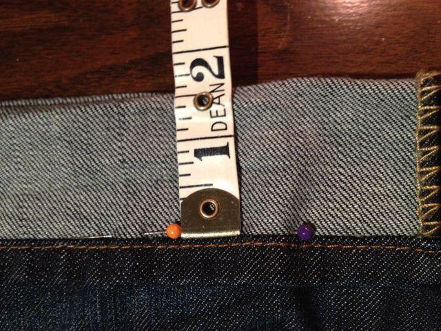 Ahora, esto puede parecer extraño, pero tener la longitud que usted quiere fuera y se divide por medio y volver a fijar sus pantalones vaqueros por lo que el pliegue es la mitad de la longitud de lo que eran antes. En este caso, 3 pulgadas ahora se ha convertido en 1,5 pulgadas.