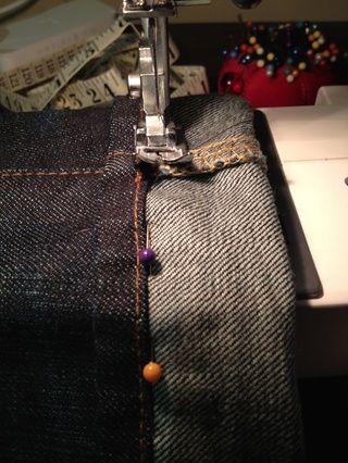 Entonces, a partir de la costura lateral, empezar a coser sus pantalones vaqueros tan cerca de la parte inferior del dobladillo original como sea posible. Asegúrese de que usted no coser la pierna jean cerrada!