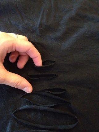 Empieza por tomar la ranura superior y poniendo dos dedos en.