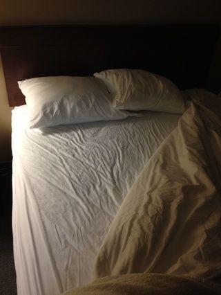 Obtenga su cama lista para dormir. Fluff las almohadas, compruebe si hay monstruos, rezar, poner en su Onesie favorito, leer un libro, ver la televisión o simplemente hacer lo que su ritual nocturno es. NO, NO QUIERO SABER -)