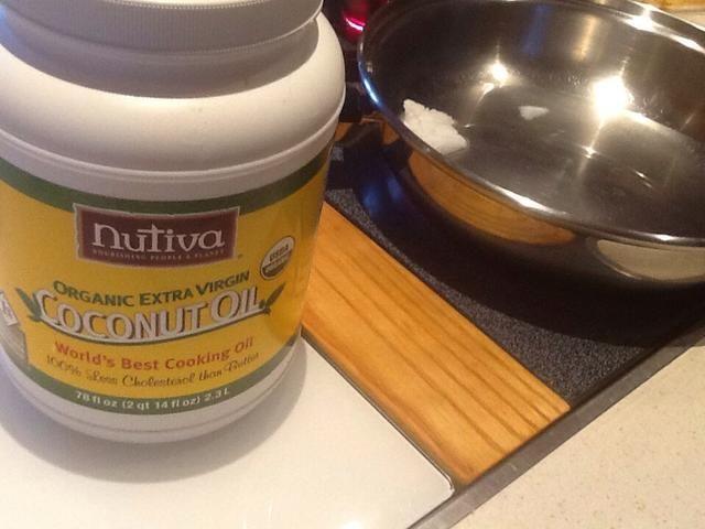 Freír la cebolla en el aceite de coco o aceite de oliva.