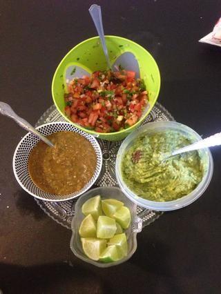 ¡Pico de gallo! Salsa, limas, y albahaca, cilantro guacamole.