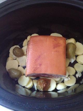Finamente cortar las patatas y ajo. Añadir los tomates o los chiles en vinagre. Coloque el tocino en la parte superior. He añadido las patatas para que se espese la salsa.