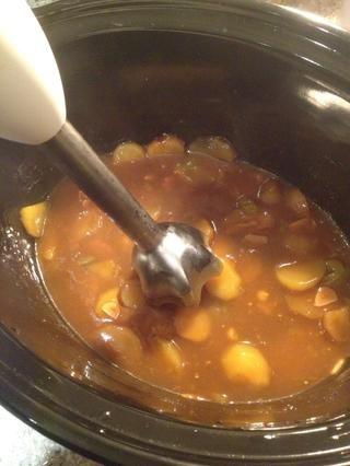 Retire el tocino y cortar la corteza. Blitz el resto de la salsa, ajo, tomates y patatas para hacer una salsa maravillosa.