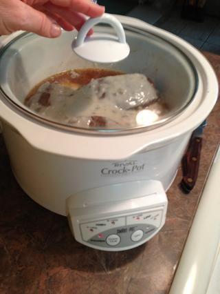 Tape y cocine a fuego bajo 6+ horas. Puedo poner esto en alrededor de las 7:30 de la mañana y tuvimos que en 17:00, 9 horas después. La belleza de la olla de cocción lenta está cocinando un poco más de tiempo sólo hace que sea más tierna. Puede probar w / tenedor.