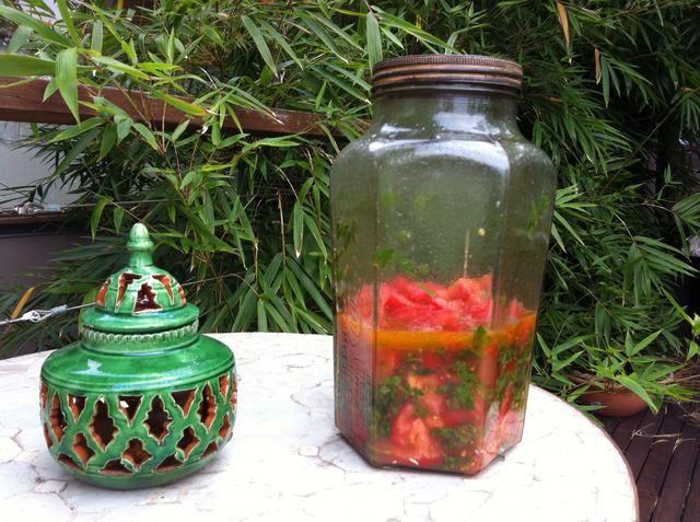 Deja en el sol directo durante un par de horas para frenar cocinero. Verá el aumento de líquido y los tomates a ser más suave. Agite suavemente el frasco luego servir caliente o mantener en la nevera para su uso posterior.