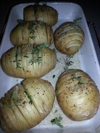 Asar las patatas a 200C durante una hora girándolo para asegurar una cocción uniforme. Adorne con tomillo fresco.