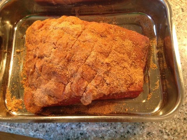 Frote la seca en la carne. Ponga la carne en el horno frío y establecer la temperatura a 200 ° F / 95 ° C. Cocine a una temperatura del núcleo. a 140 ° F / 60 ° C. Se tarda aproximadamente 3 horas para un filete de este tamaño.