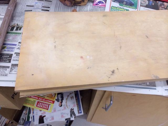 Coloque el marco sobre una tabla de madera.