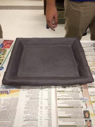 Cuando su arcilla es de cuero duro de pintura 2 capas de deslizamiento de óxido de hierro en la parte superior de la arcilla y retire el marco. Comience talla de distancia un poco de arcilla en un diseño bien pensado de su elección.