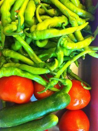 Cortar los tomates, pepino y chiles picantes primas.
