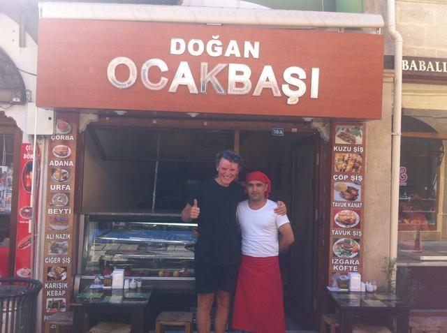 Por último: hacer una foto con el jefe al frente de su restaurante. Esto le hace feliz y orgulloso. Promesa de decirle a todo el mundo acerca de su lugar. Coma una más Adana Kebab antes de decir adiós ...