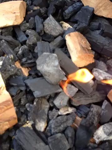 Añadir un nuevo carbón de leña, trozos de madera, y virar algunos carbón en trozos alrededor de su firestarter vez que lo tienes encendido Darle 10 a 15 minutos para obtener el calor va antes de cerrar su tapa.