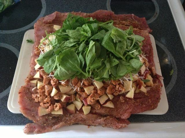 Añadir un gran puñado de espinacas frescas en la parte superior, que sea en su mayoría en el centro.