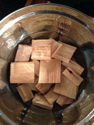 Remoje sus astillas de madera. Solía Pecan madera- me parece que da un sabor ahumado limpio.