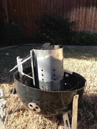 Tengo un fumador vertical, así que me gusta para obtener el carbón en trozos naturales va en una chimenea primero. Lo que usted tiene, el tiempo para conseguirlo encendido