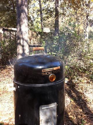 Humo de pavo a fuego lento hasta que quede un color marrón oscuro y se llega a un temperatura interna de 165 grados. El palillo debe mover libremente en su zócalo.