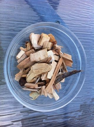 Nuestro combo de astillas de madera, mezclar a todos ellos. Me parece que no es necesario remojar, solamente se enfría sus brasas y cenizas hace estallar.