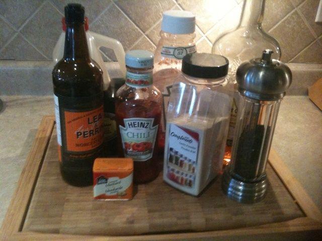 Combine todos los ingredientes que figuran en la materia de hardware en un pequeño bote de salsa y cocine a fuego lento revolviendo con frecuencia, hasta que's mixed and heated through.