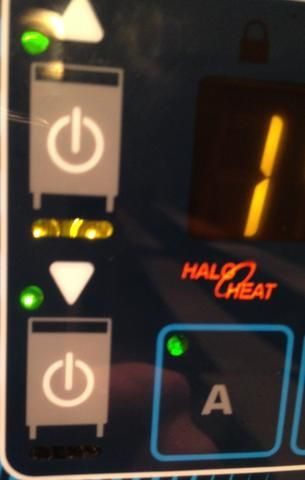 El horno tiene dos fuentes de alimentación en los botones. uno para el horno superior y uno para el horno inferior