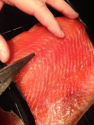 Si el salmón tiene espinas, tendrá que eliminarlos. Usando unos alicates, puede sacarlos.