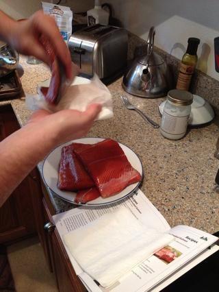 Después de que los filetes se enjuagan, necesitan ser acariciado seco para que aren't drippy when putting on the smoker.